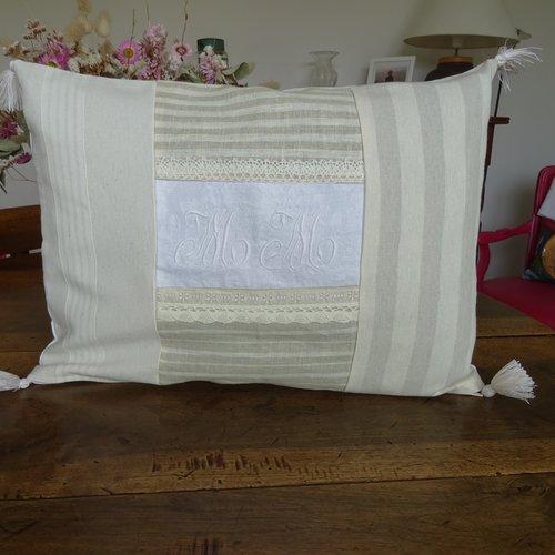 Housse de coussin rectangulaire en patchwork de linge ancien  dentelles , lin , couleur naturel , élégant , raffiné , vintage ;