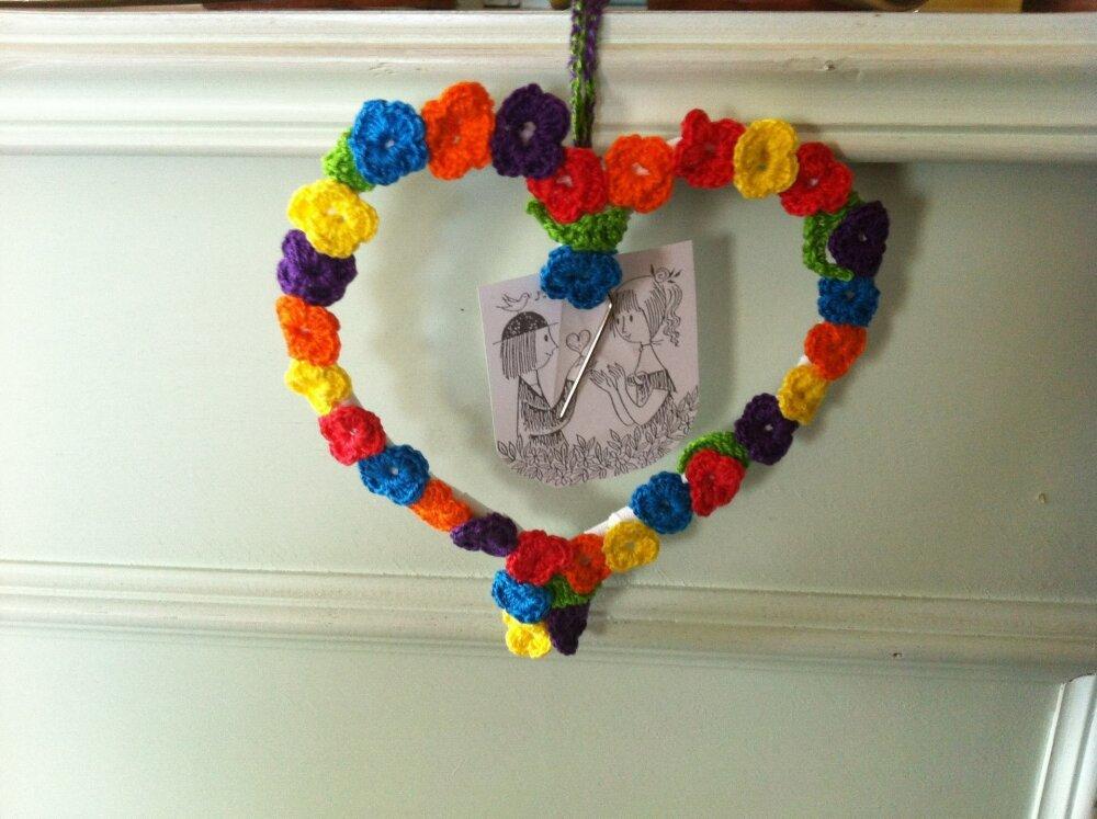 Coeur porte photo petites fleurs au crochet