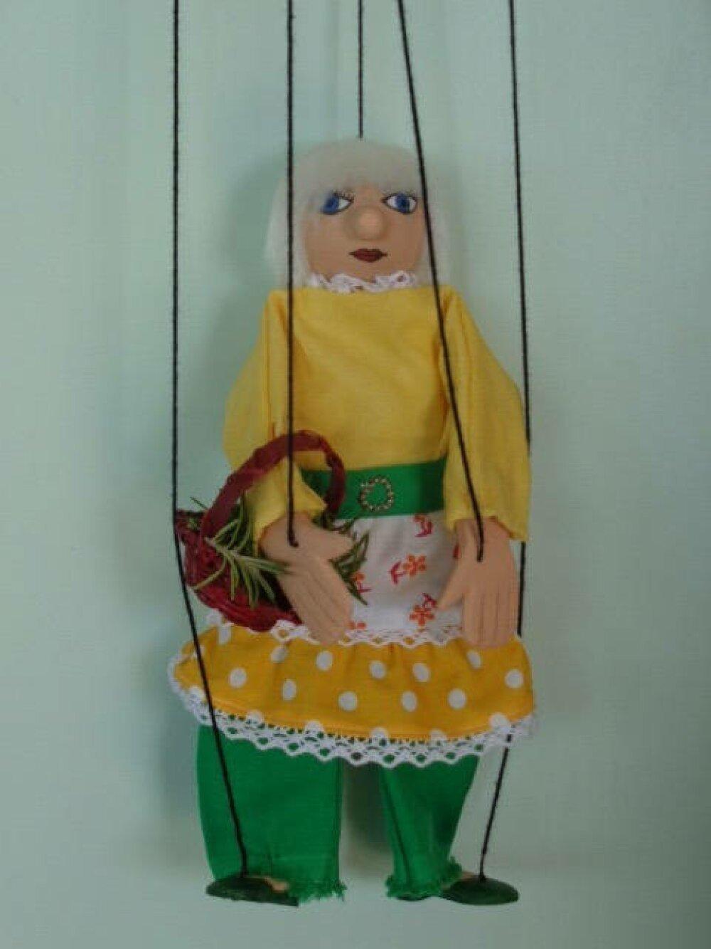 Marionnette à fils Gertrude va au marché