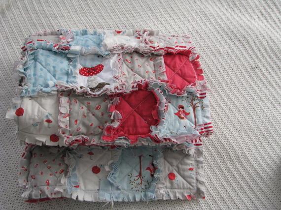 couverture Bébé bleu et rouge pour voiture ou poussette , Le Petit Chaperon Rouge