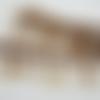 Galon franges en perles de rocailles marron terminées par un sequin papillon cousu sur ruban satin marron