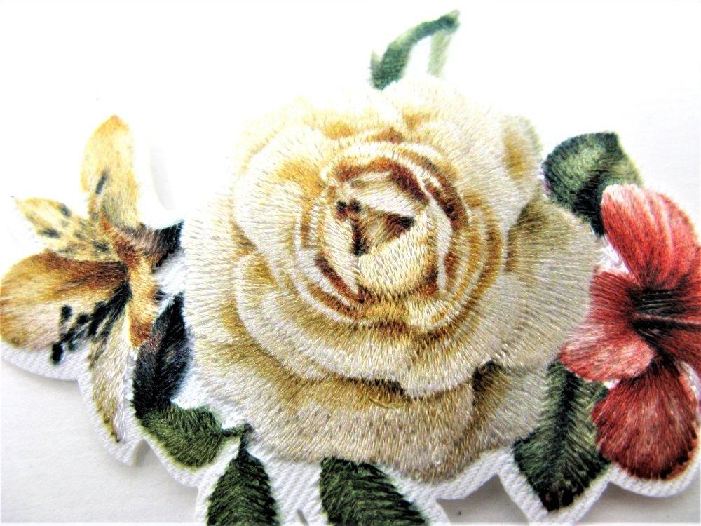 Application écusson thermocollant fleur rose brodée sur fond blanc
