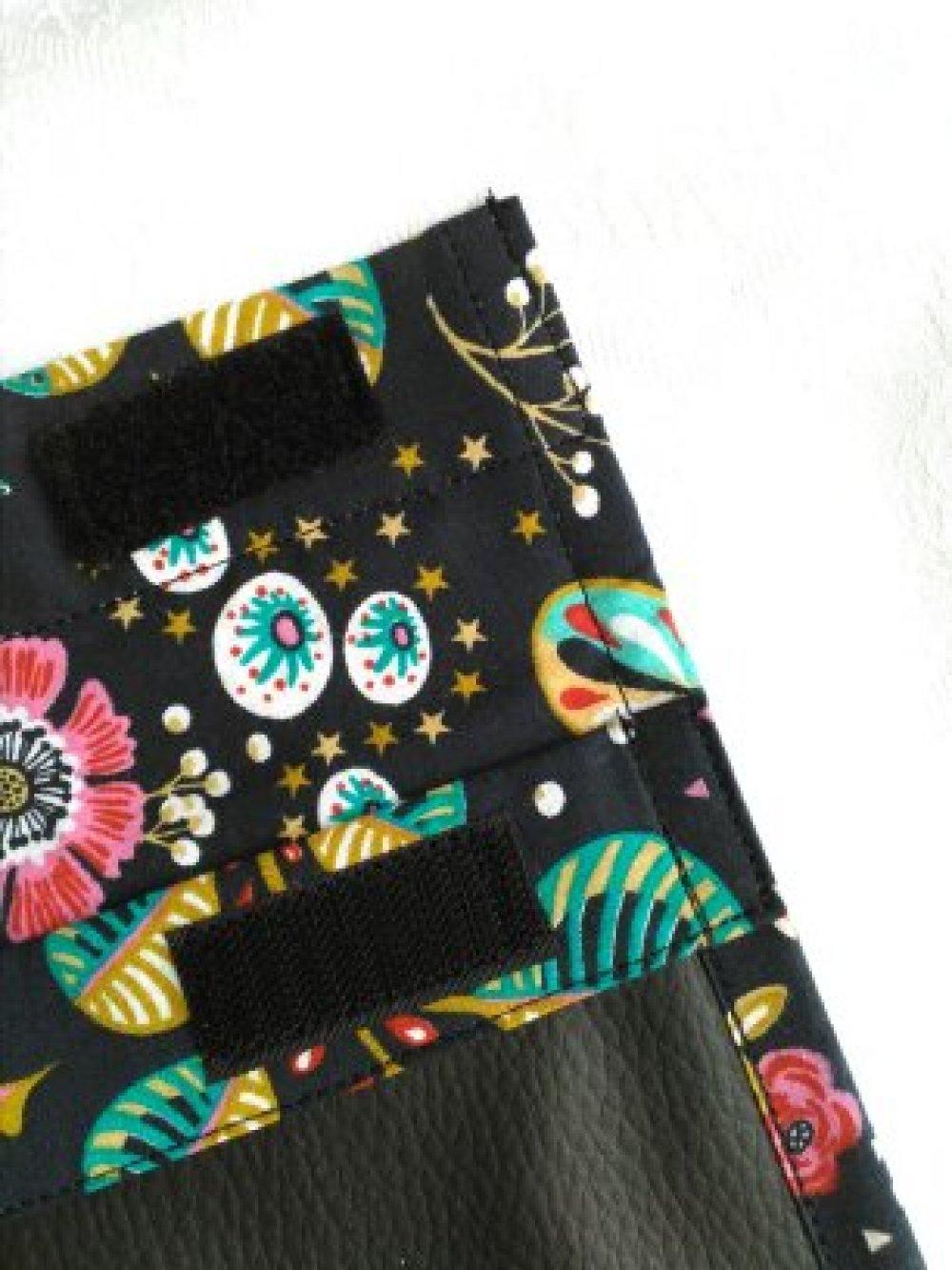 Trousse d'école en skaï noir, doublée coton fleuri.
