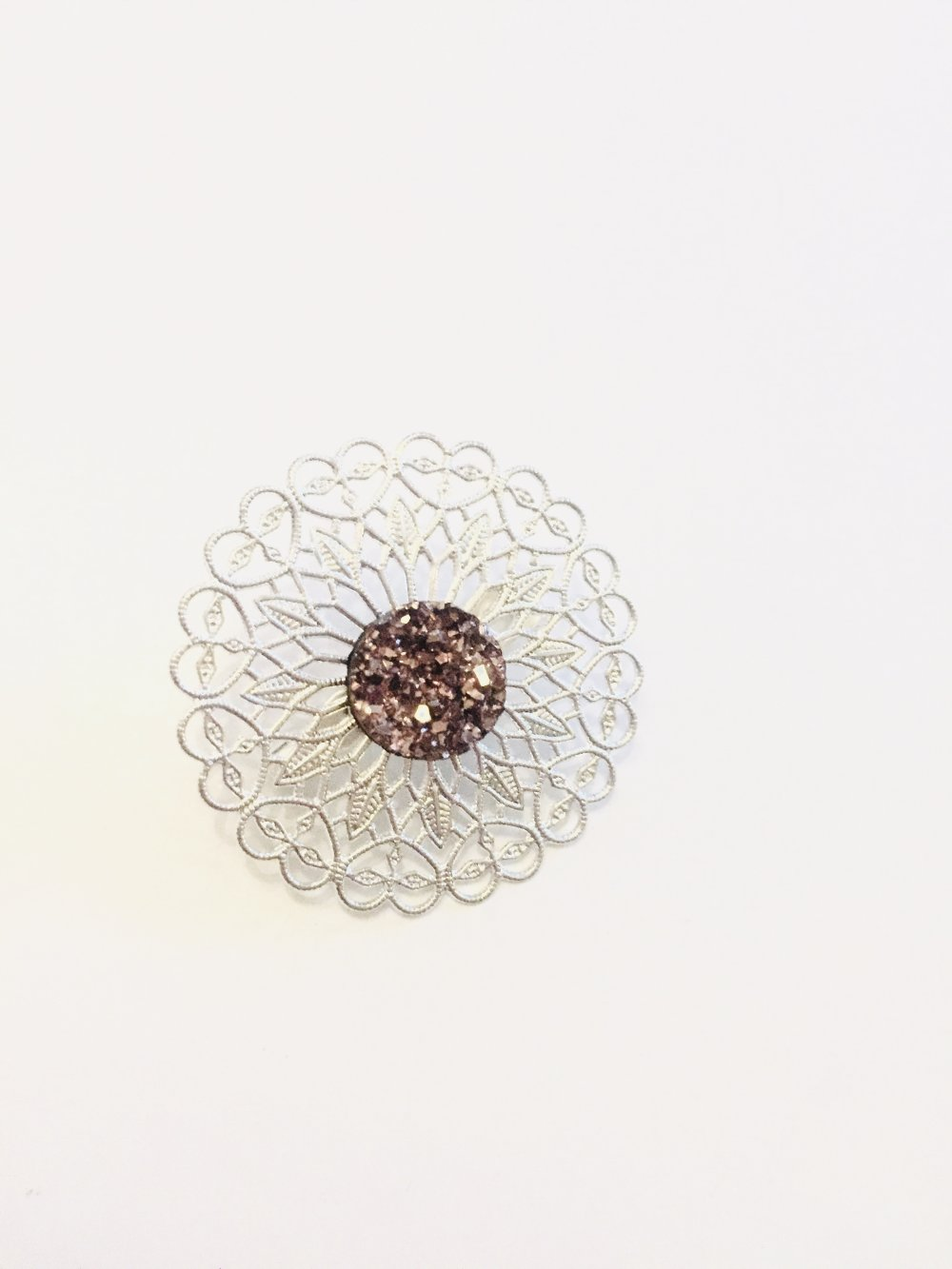 Broche effet cristaux taupe