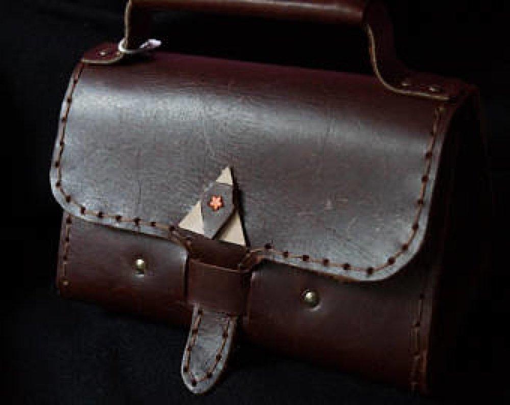 petit sac à main de ville tout de cuir marron