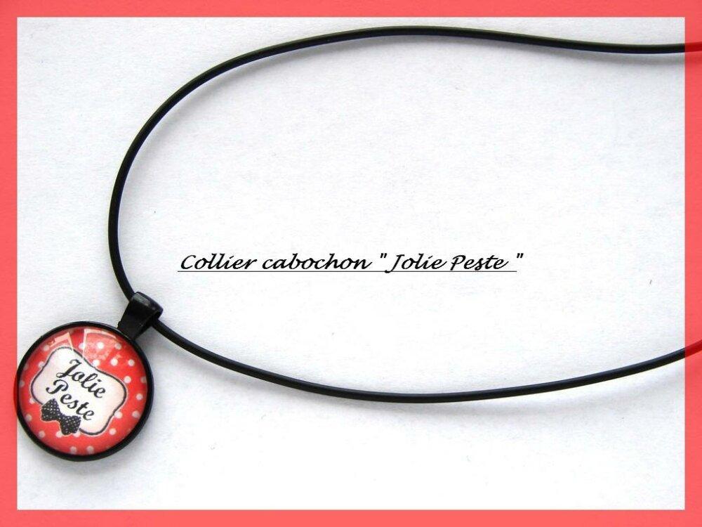 Collier en cordon noir imitation cuir avec pendentif noir et cabochon en verre Jolie Peste