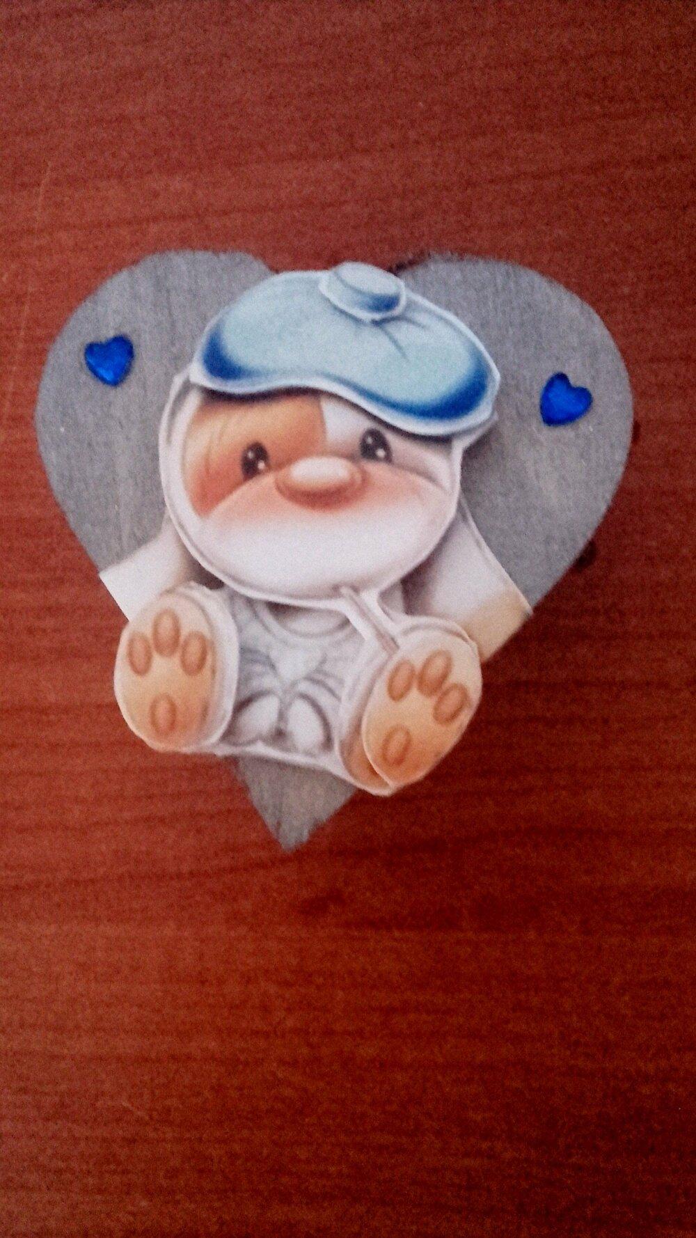 Boîte en bois en forme de cœur avec un décor 3D représentant un chien malade, fait main