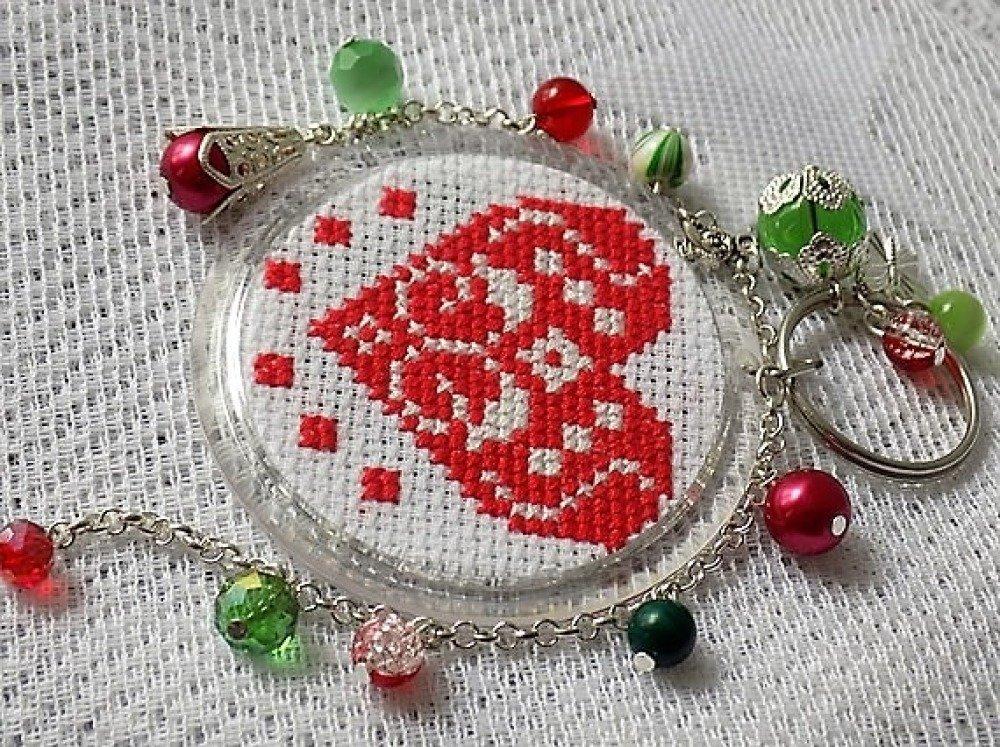 Bijou de sac,porte-clés argent,rouge et vert,petites broderies: rose et coeur,perles de verre et breloques.