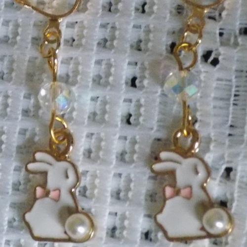 Boucles d'oreille clips dorées , perle cristal , pendentif lapin blanc.