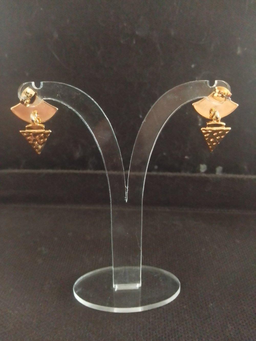 Boucles d oreilles clous avec pendentif doré et noir forme triangle
