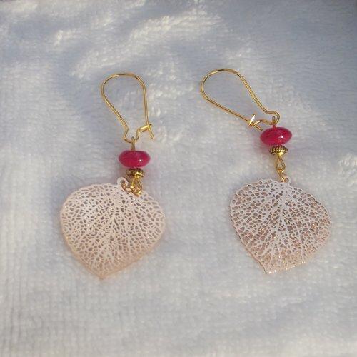 Boucles d'oreilles petits crochets dorés dormeuses avec une perle plate rose ,perle plate dorée et une breloque dorée feuille ciselée.