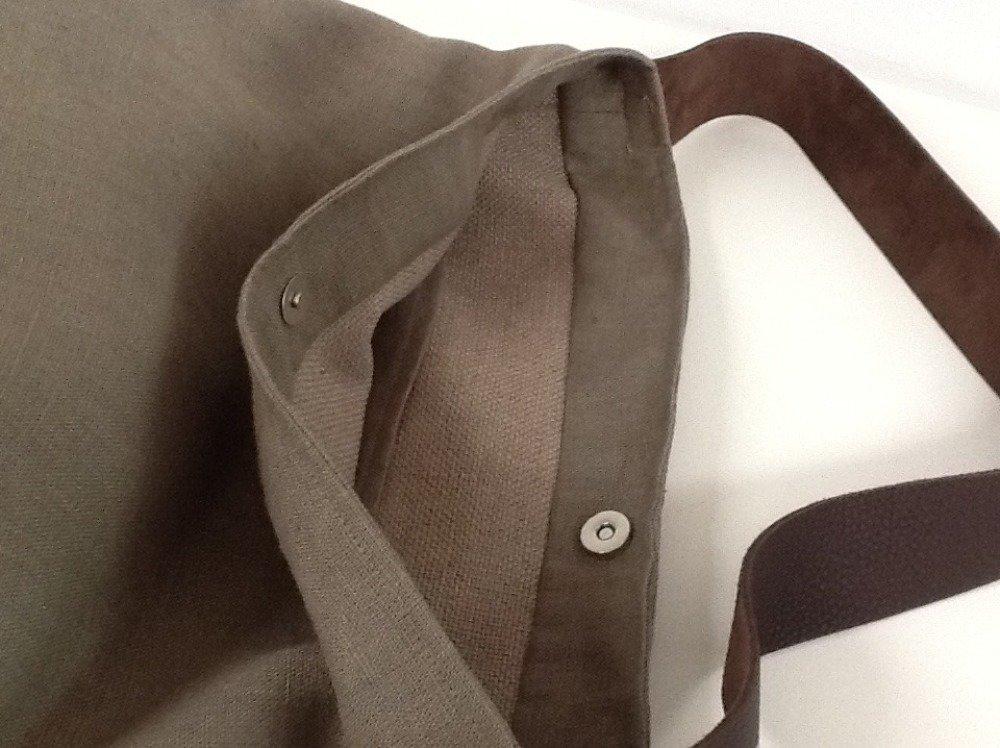 Sac seau en lin lavé taupe, anse cuir marron surpiquée / Sac fourre tout toile et cuir / Sac taupe porté épaule