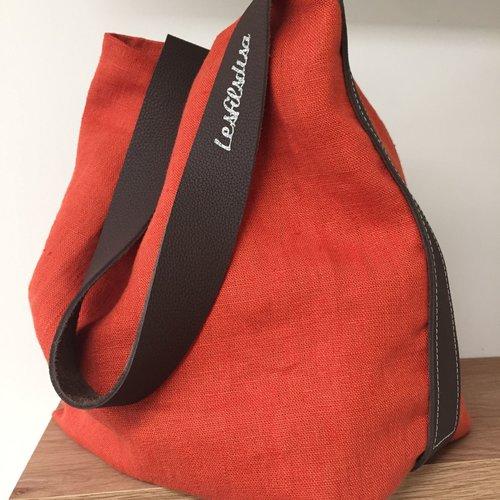 Sac seau en lin lavé rouge tomette et cuir, anse cuir marron surpiquée / sac tissu porté épaule / sac fourre tout lin rouge et marron