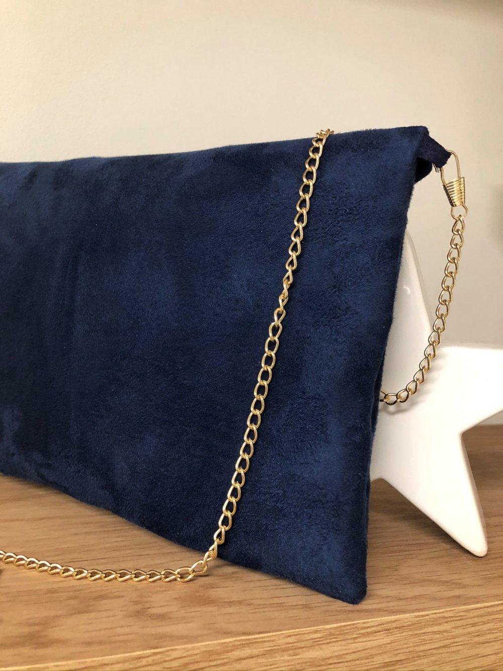 Pochette mariage bleu marine, corail, paillettes dorées / Sac à main forme enveloppe, suédine personnalisable, chaînette dorée amovible