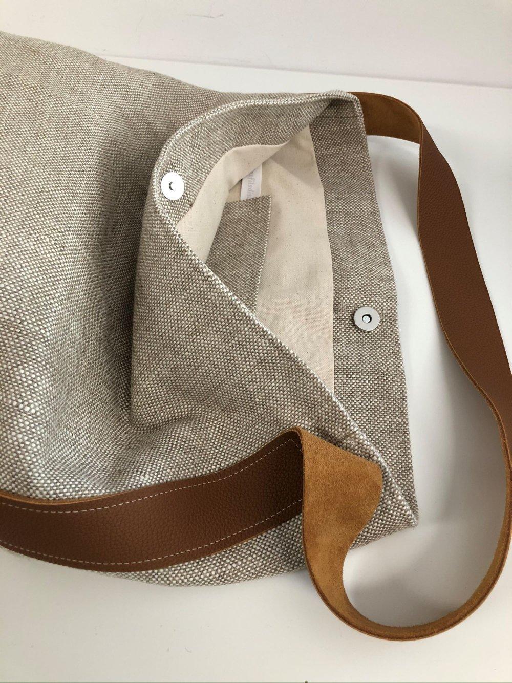 Sac seau en pur lin naturel, anse cuir fauve surpiquée / Sac porté épaule lin beige et cuir / Sac fourre-tout femme personnalisable