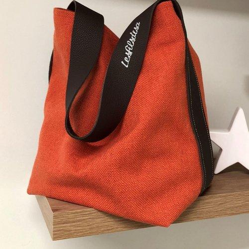 Sac seau en lin corail et anse cuir marron / sac bandoulière cuir chocolat, lin épais  / sac shopping toile orangée souple / fourre tout