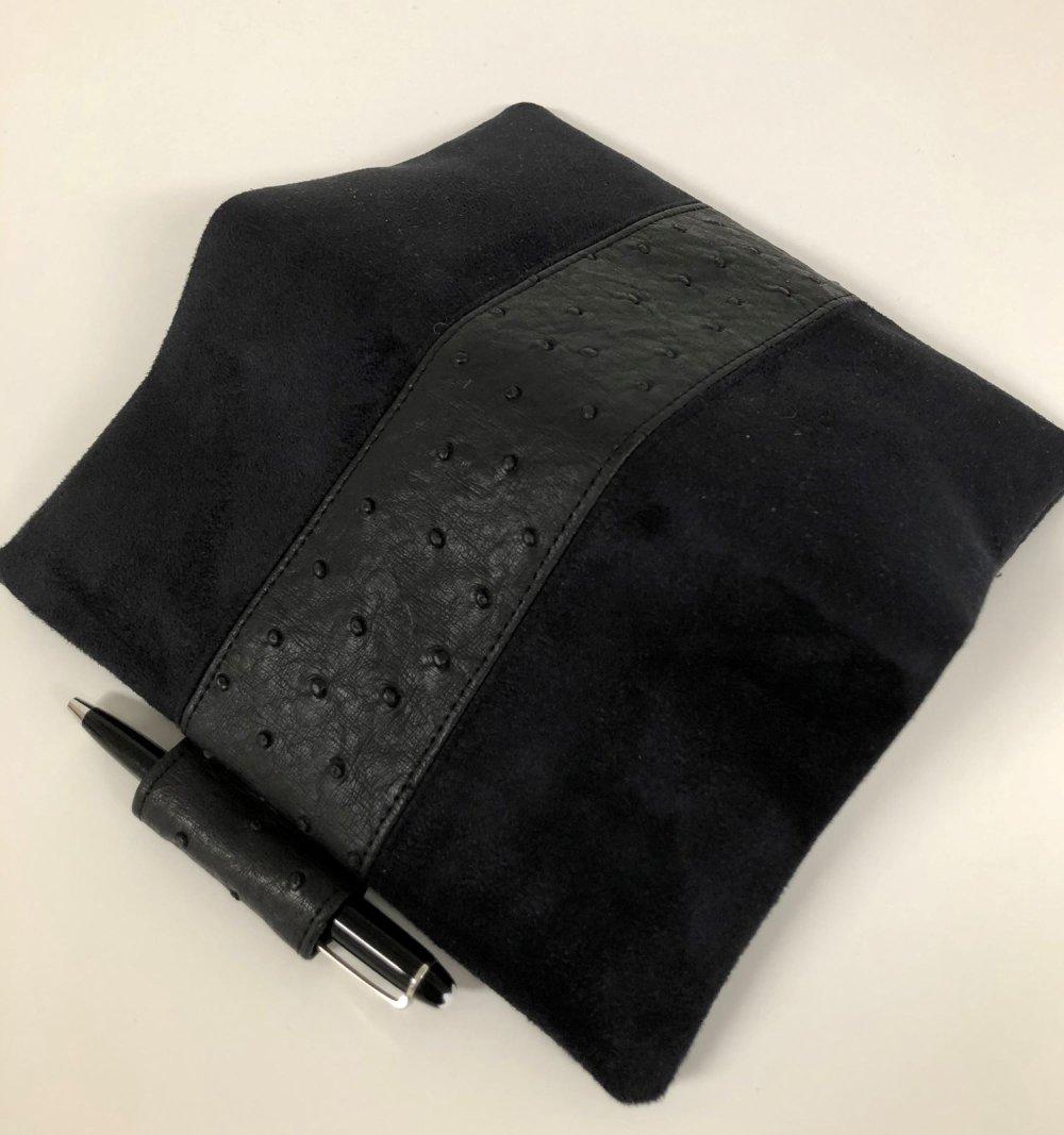 Porte chéquier et stylo, suédine et cuir végétal autruche noir / Etui chéquier noir / Housse carnet personnalisable