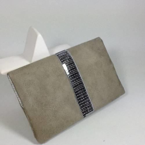 Porte chéquier format portefeuille,suédine taupe, paillettes argentées / housse carnet chèques style vanessa bruno