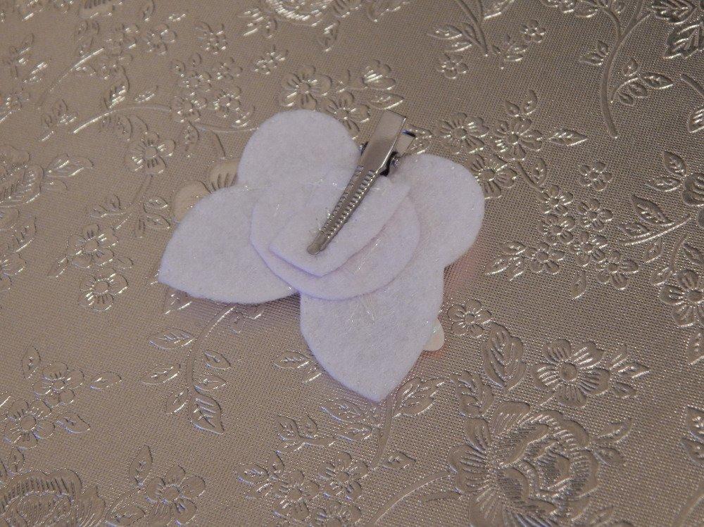 Pince à cheveux papillons blancs
