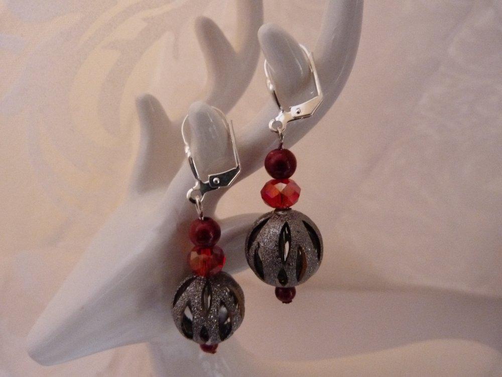 boucles d'oreilles en métal argenté et perles rouges