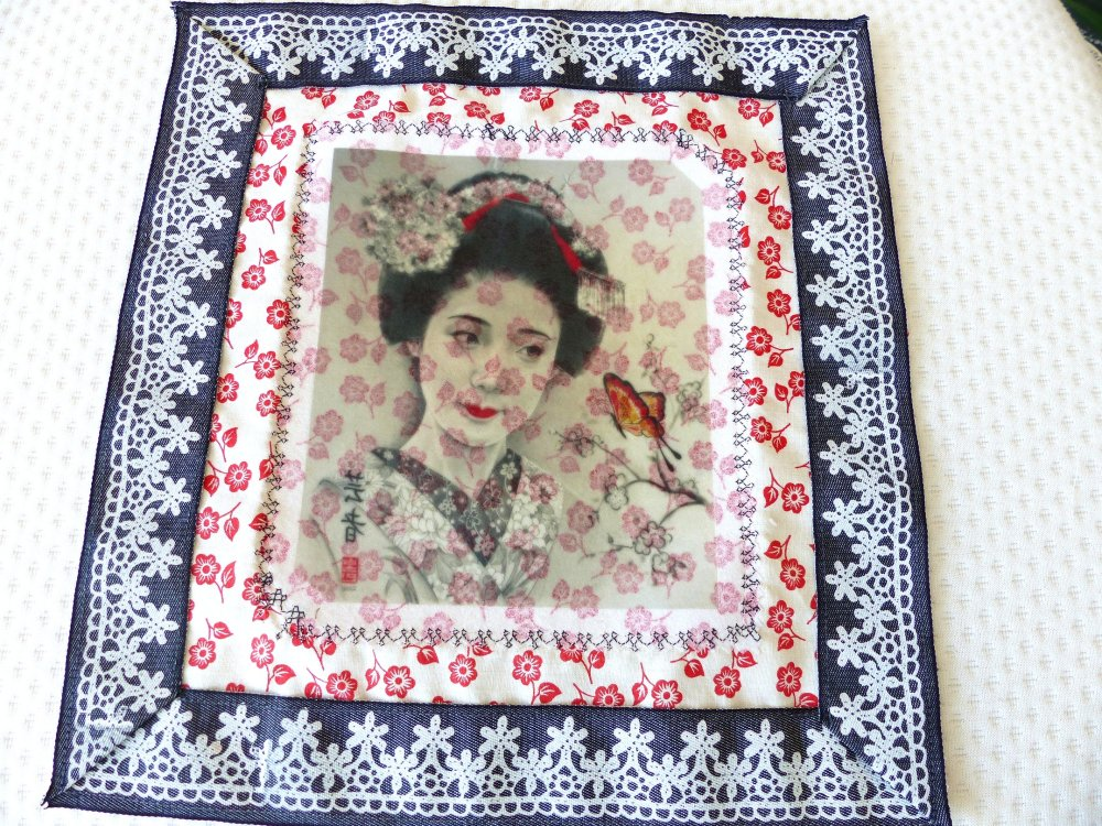Tableau textile japonaise et papillon sur fond tissu feuillage rouge et aspect dentelle