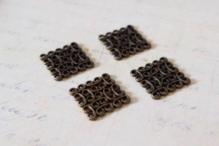 2 connecteurs ajourés carrés en métal couleur bronze 15x15mm
