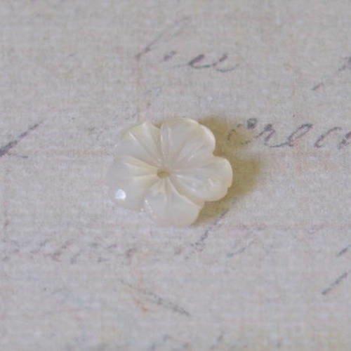 Perle fleur gravée en nacre blanche 9mm