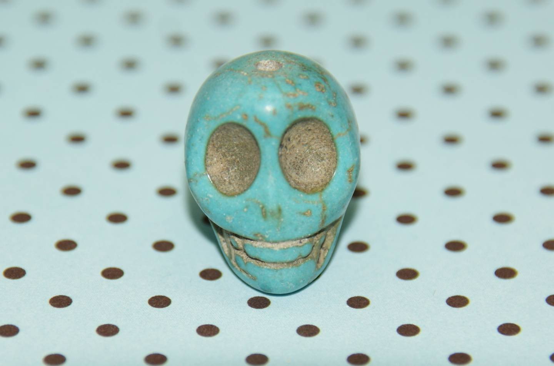 Perle tête de mort en turquoise GM 18x15mm