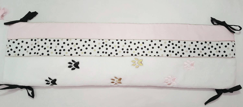 Tour de lit bébé fille rose chat.