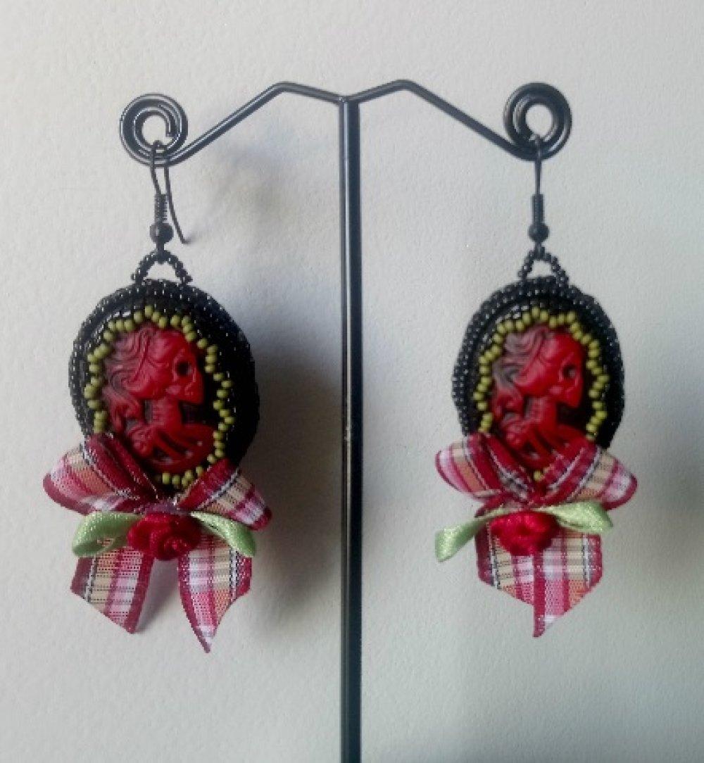 """Boucles d'oreilles """"Lady Pirate"""" Rouge et Vert Perles Tissées À La Main et nœud en tissu"""