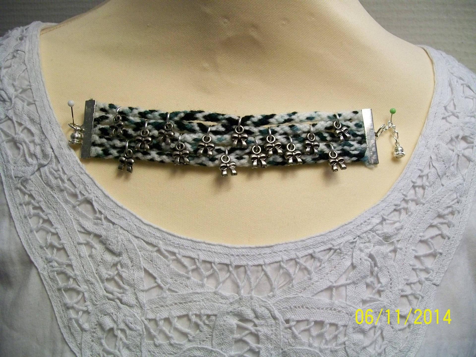 bracelet manchette laine et breloques metal argenté