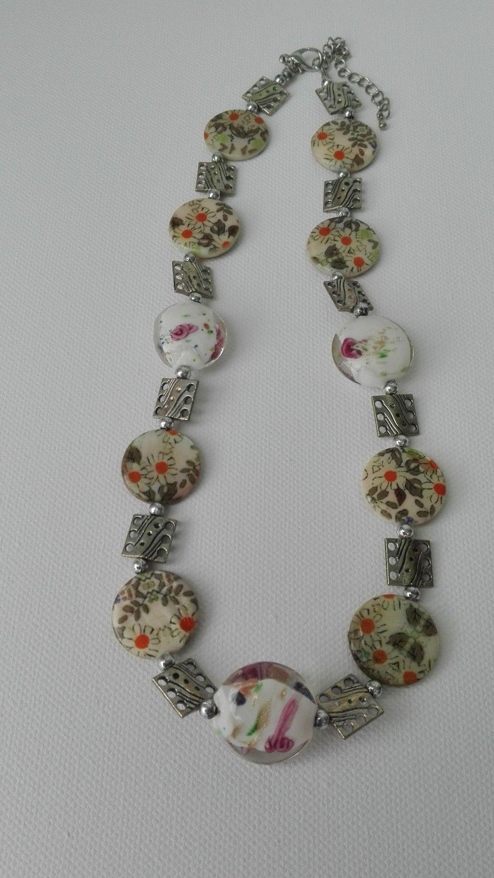 Collier, fleur en nacre , perles de verre aux chalumeau, intercalaires en métal argenté