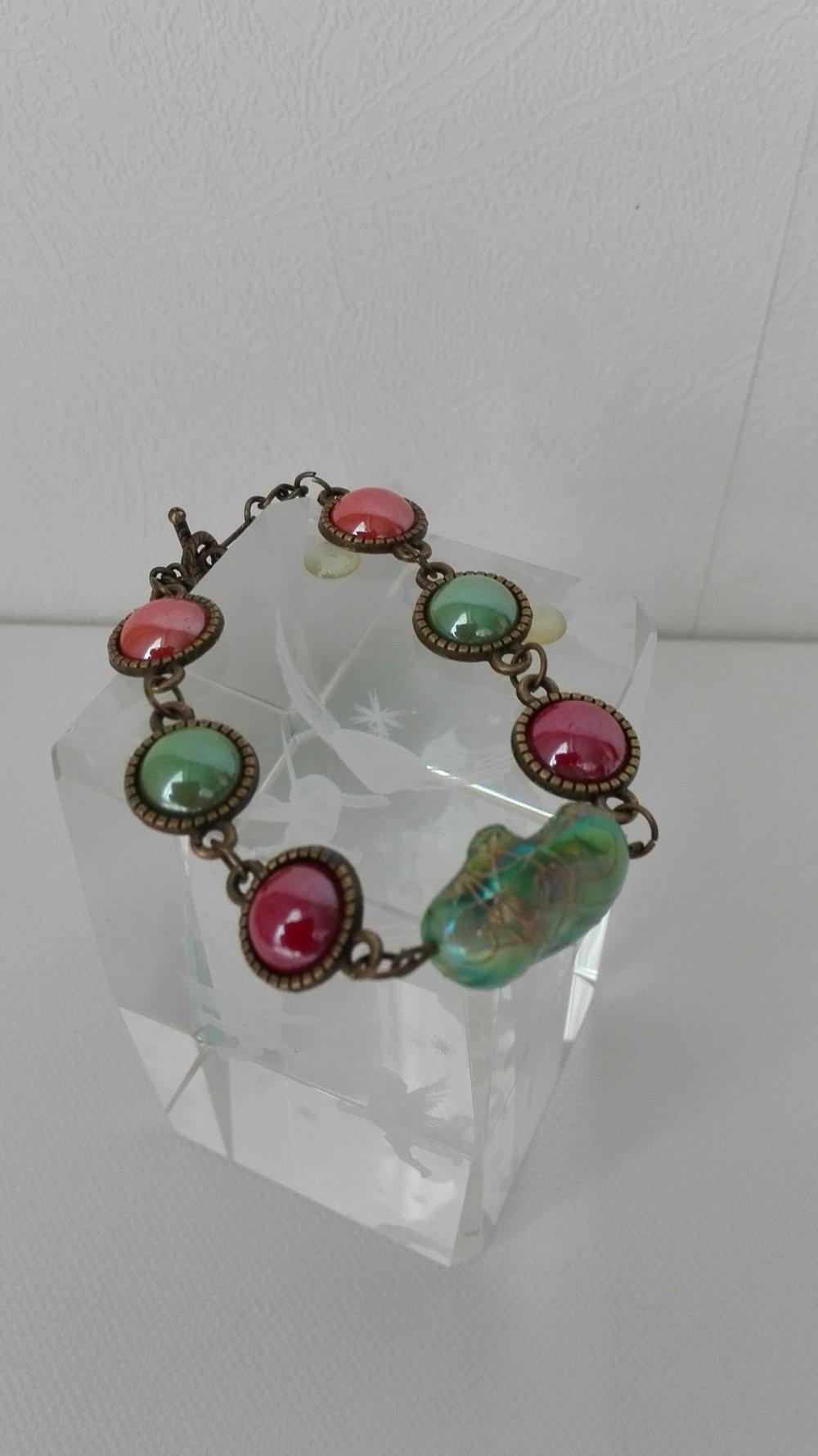 Bracelet cabochons , perle nacre baril vert , cabochons en  verre nacrés , orange ,rouge ,vert,