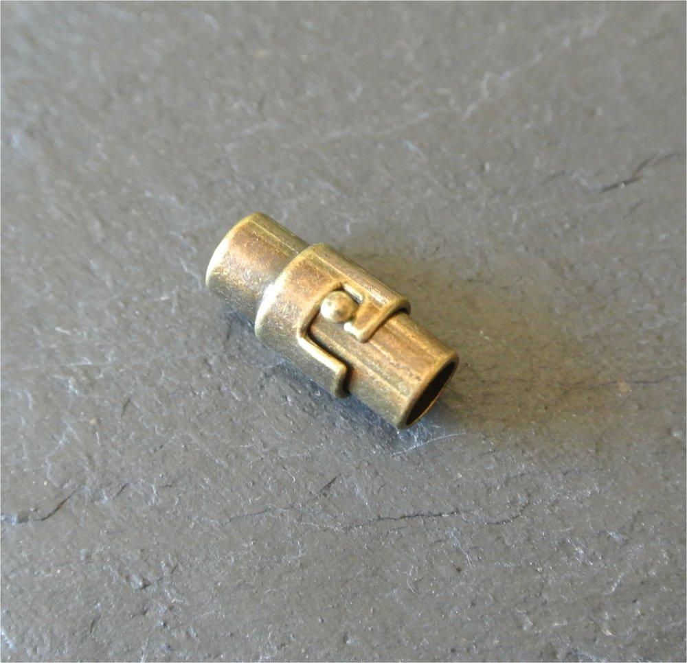 Un fermoir magnétique à baïonnette métal bronze pour cordon 4,5-5 mm, corps 16 x 9 mm