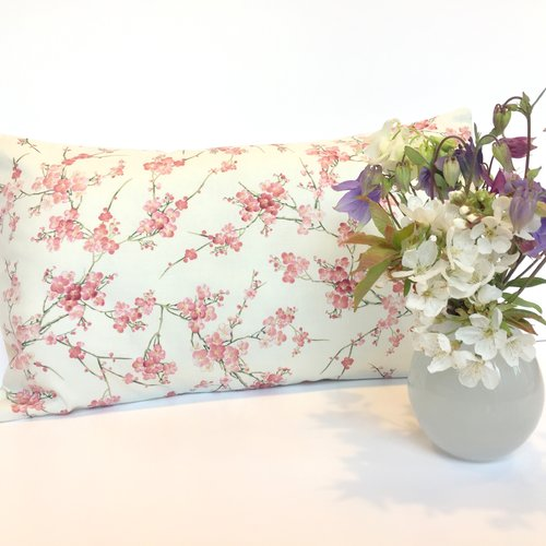 Housse de coussin, tissu japonais, jardin japonais, fleurs de cerisiers, sakura, rose et écru, rectangulaire 30 x 50 cm