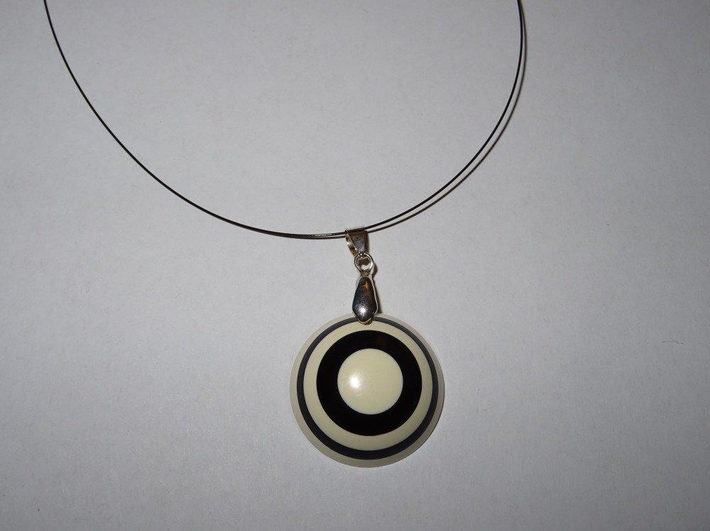 Collier pendentif rond rayé noir et blanc