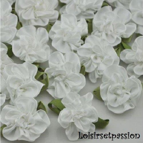 Applique fleur froufrou en ruban satin, blanc, feuilles vertes ** 25 mm ** à coudre ou à coller, vendu à l'unité - f03