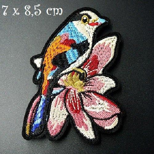 Écusson patch - oiseau moineau sur fleur ** 7 x 8,5 cm ** applique brodée thermocollante