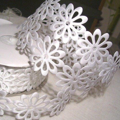 Blanc - ruban fantaisie applique fleur rosace ** 40 mm **  multiple 14 fleurs soit 48/50 cm environ