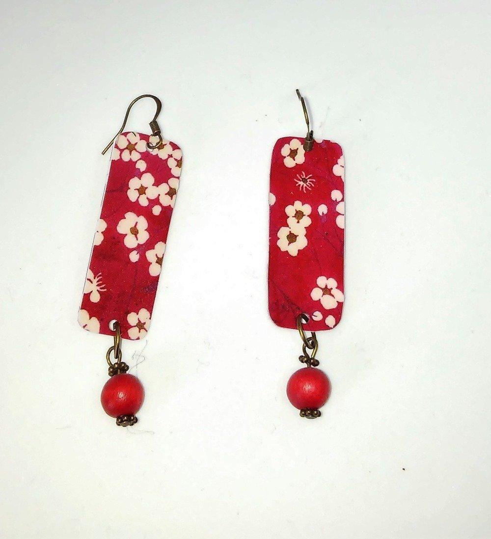 boucles d'oreilles plastique dingue impresseion fleurs blanches fond rouge