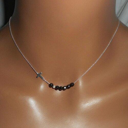 collier ras de cou avec une perle