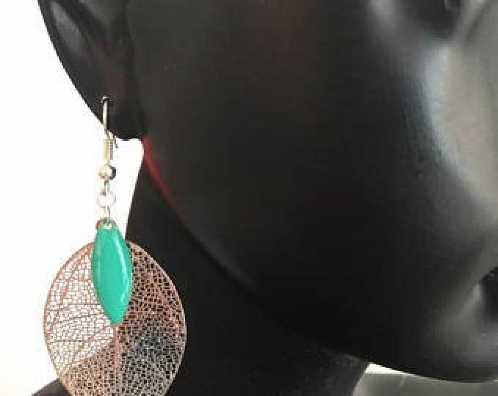 boucles d'oreille argentées et perles vertes