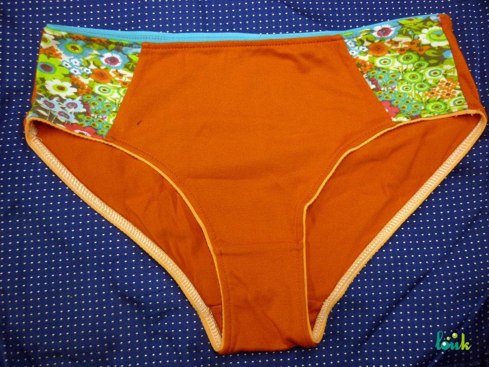Culotte orange et petites fleurs multicolores
