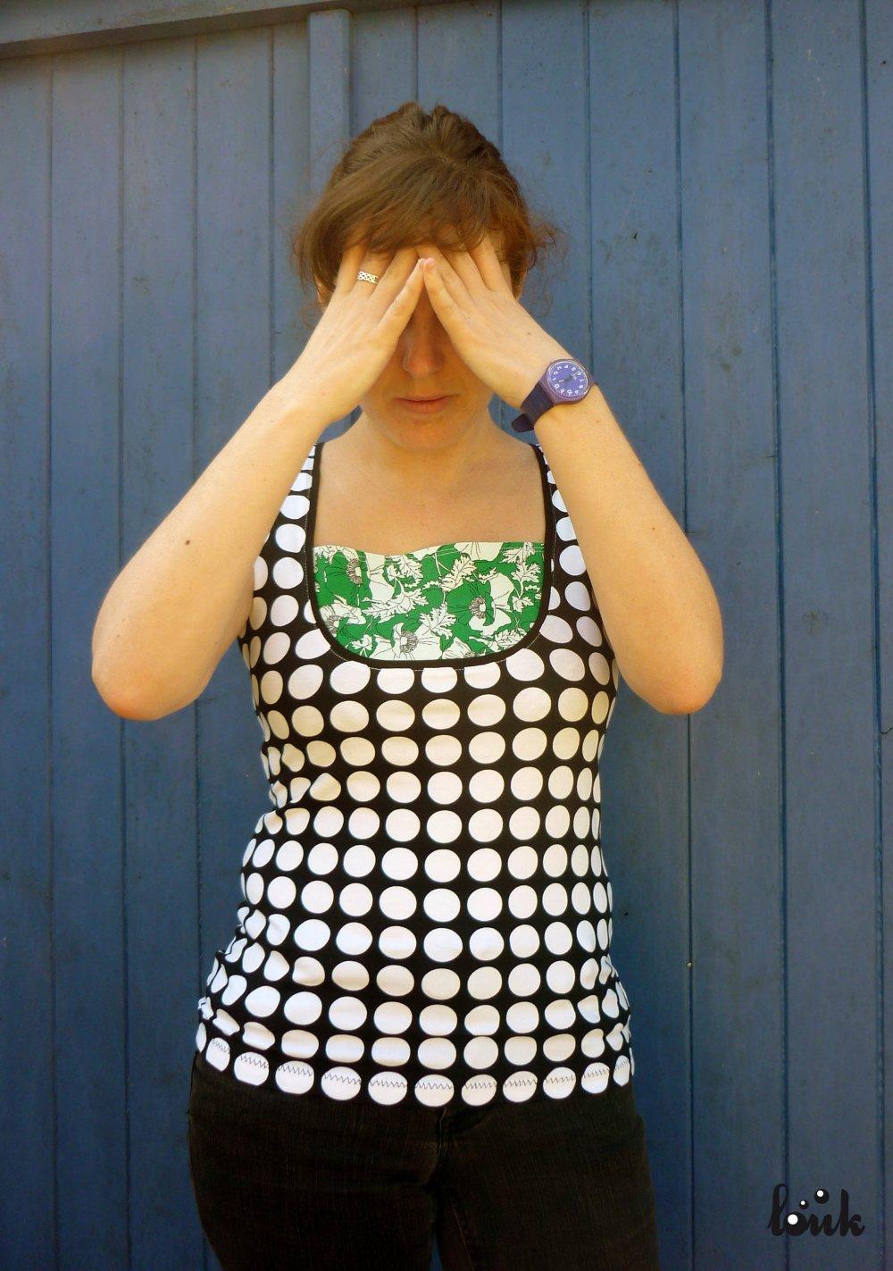 T. shirt à gros pois noir et blanc, plastron vert et noir