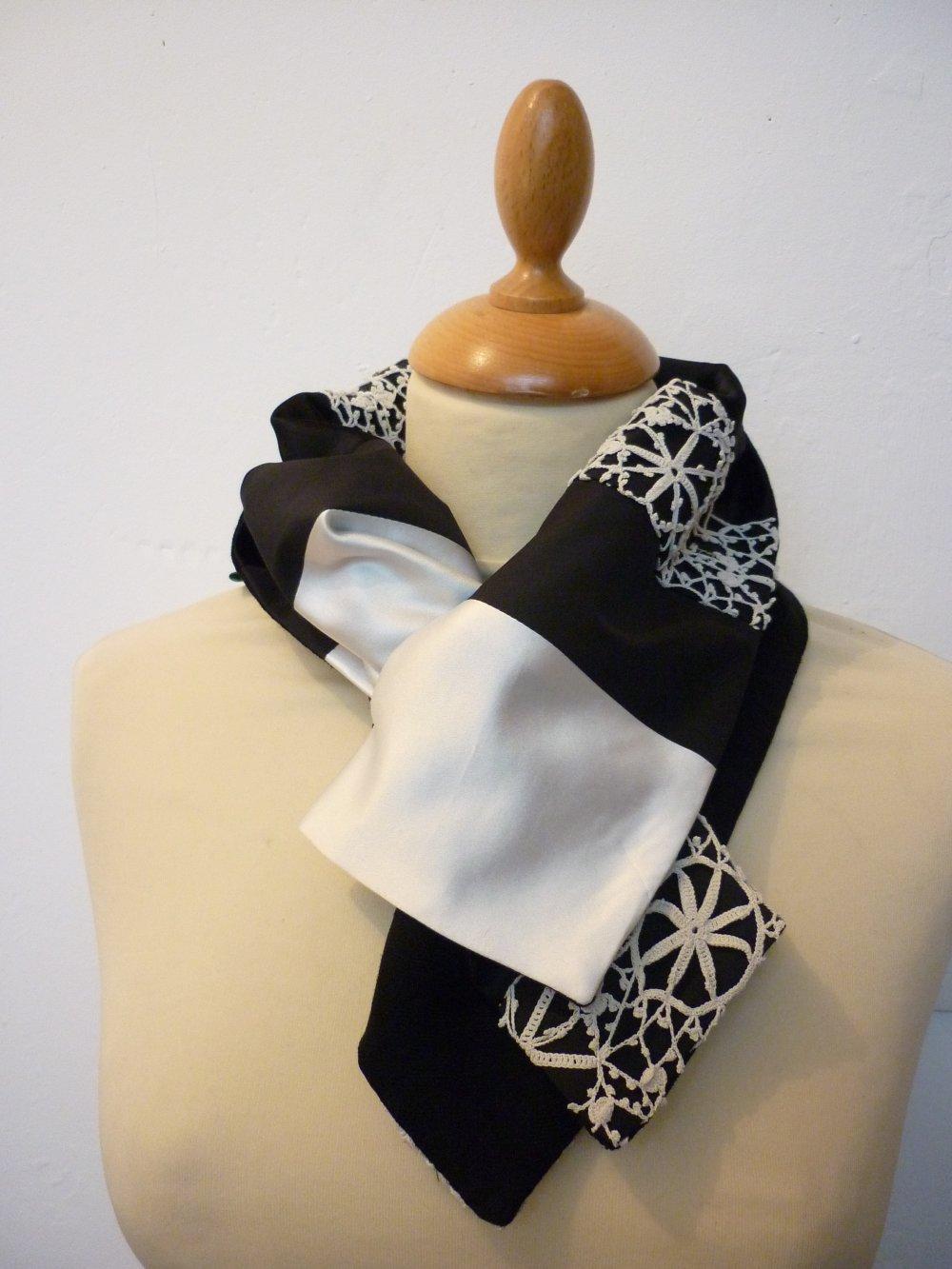 Col-écharpe en patchwork de tissus noir, blanc cassé et dentelle