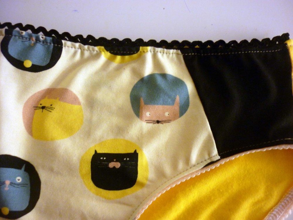 Culotte noir, jaune et beige à motifs chats