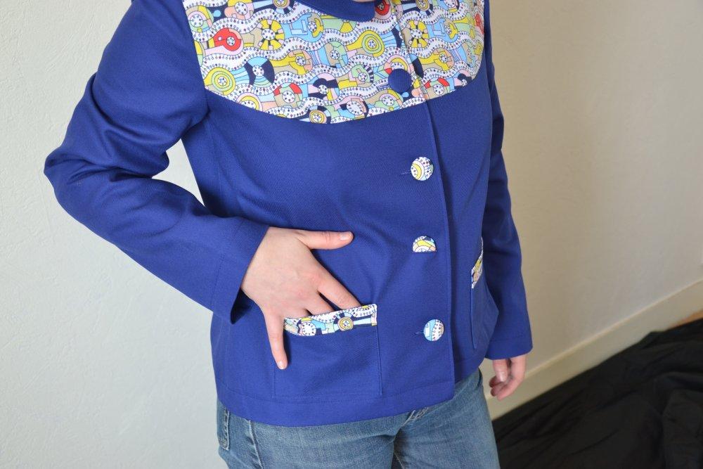 Veste courte rétro bleu électrique et motifs
