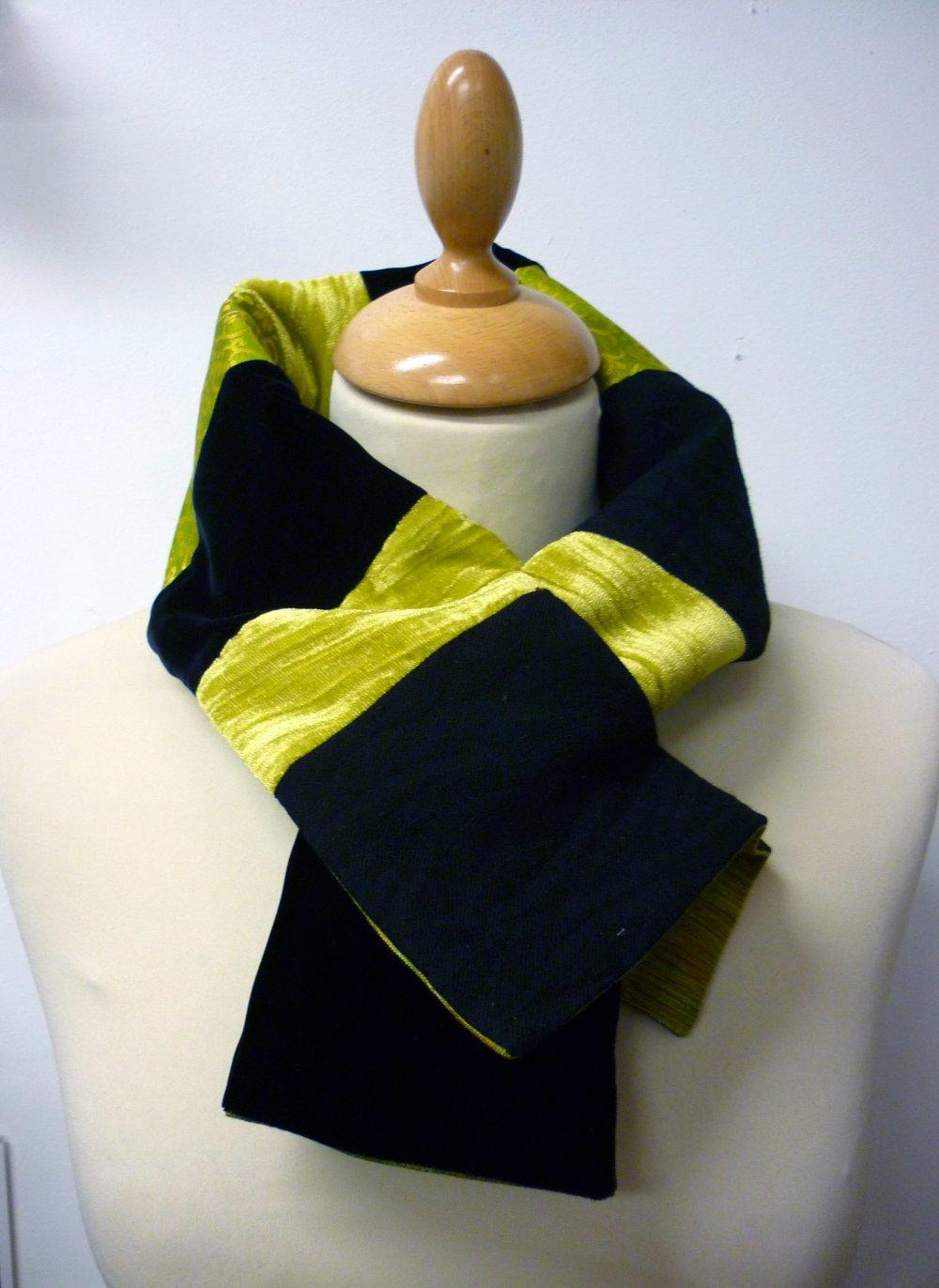 Col-écharpe en patchwork de tissus noir et vert anis