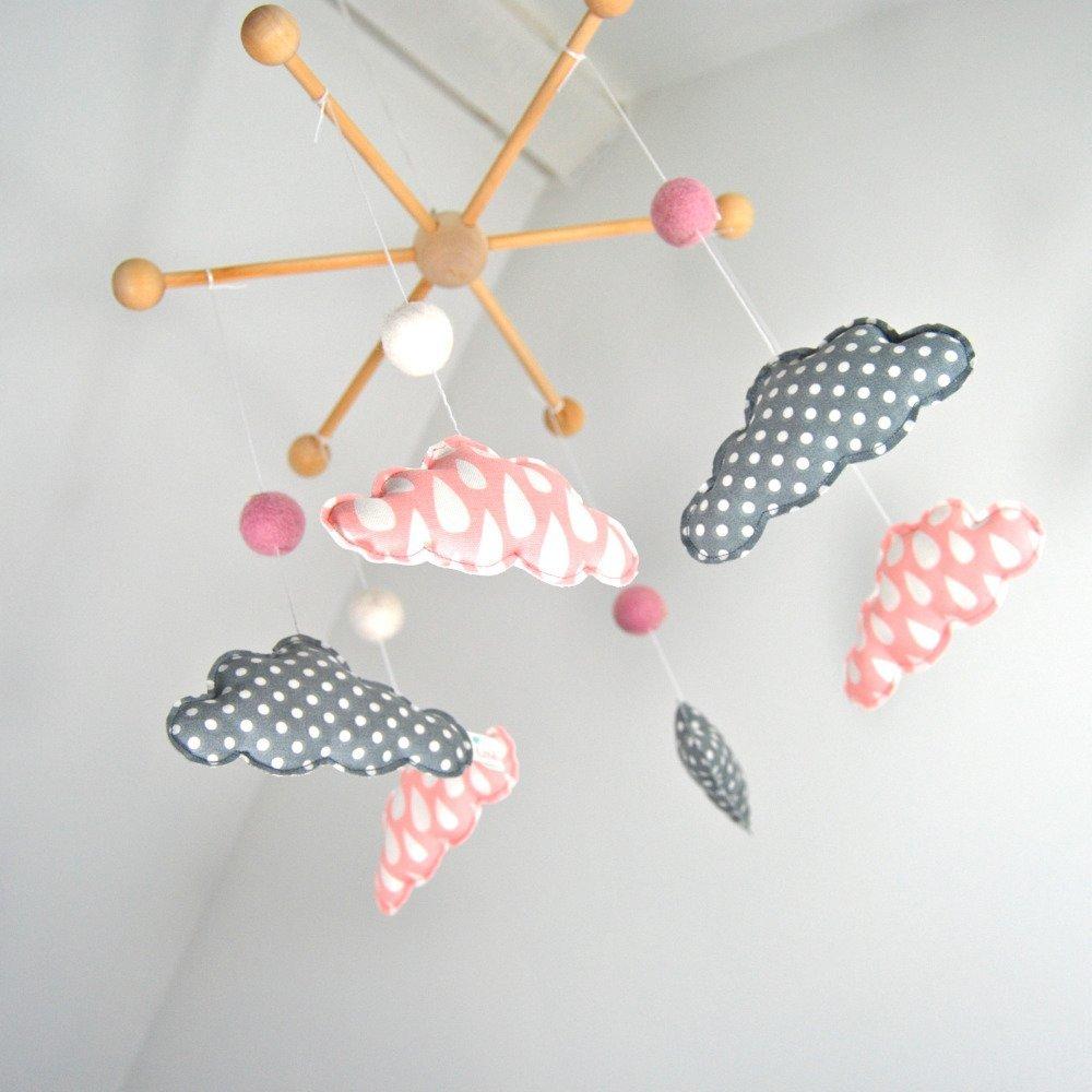 Mobile bébé nuages - Bois, tissu et coton bio - Rose et gris - Motifs gouttes et pois