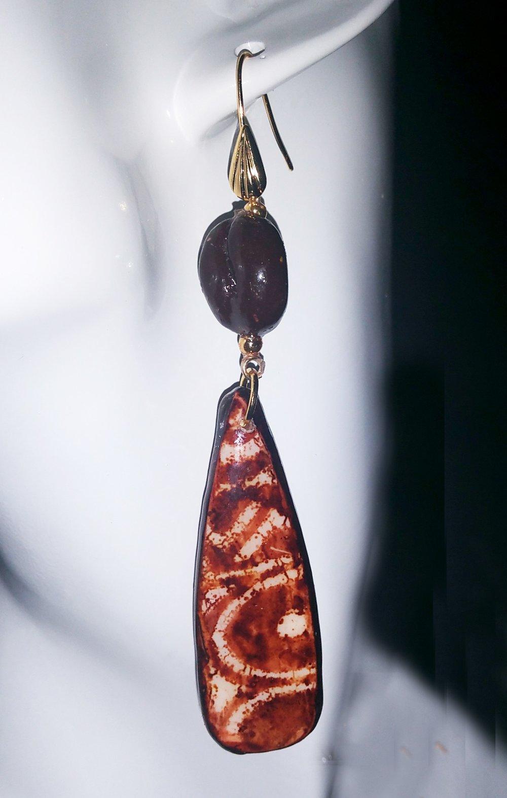 """Boucles d'oreilles pendant """"Coffee"""" marron et blanc ,motif façon  batik,         assorties au collier du même nom"""